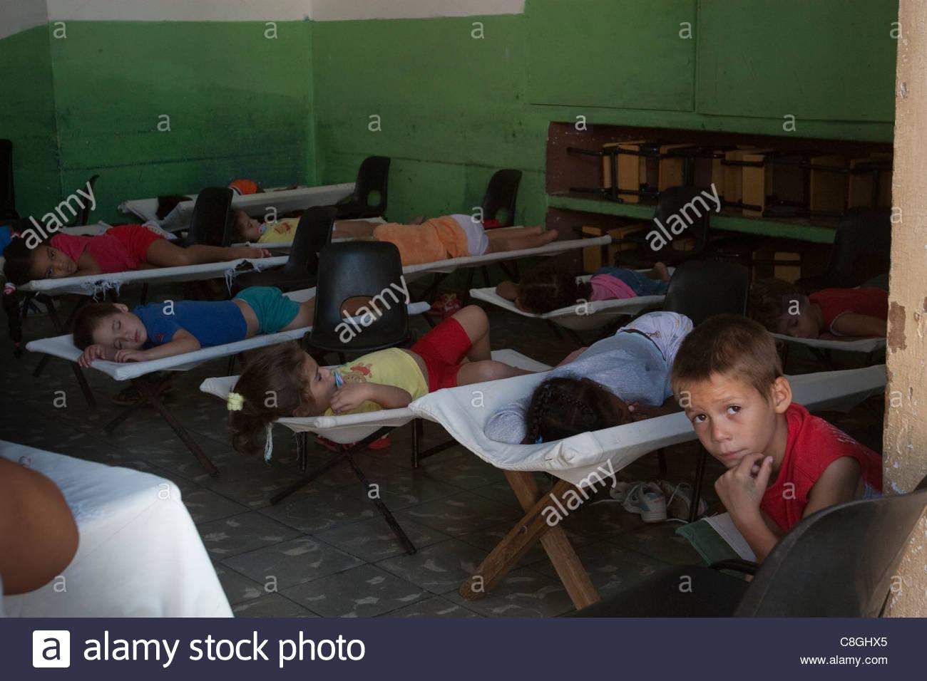 La escuela primaria los niños a la hora de la siesta. Imagen De Stock