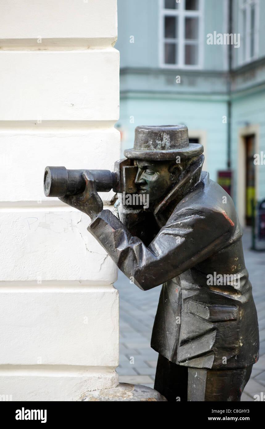 Estatua de paparazzi, Bratislava, Eslovaquia Foto de stock