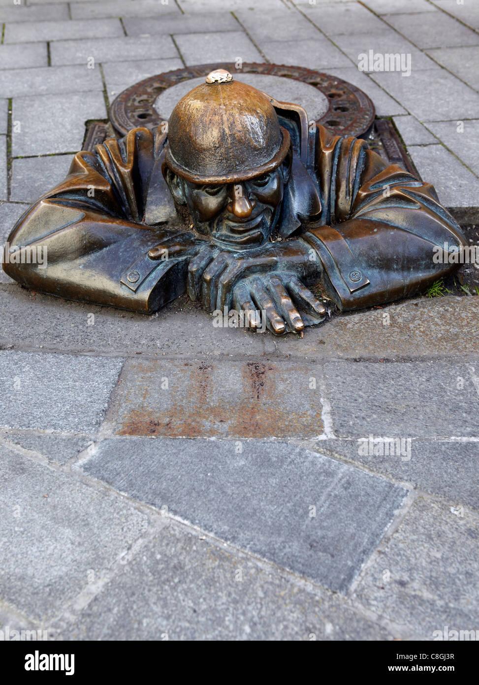 Estatua Cumil, Bratislava, Eslovaquia Foto de stock