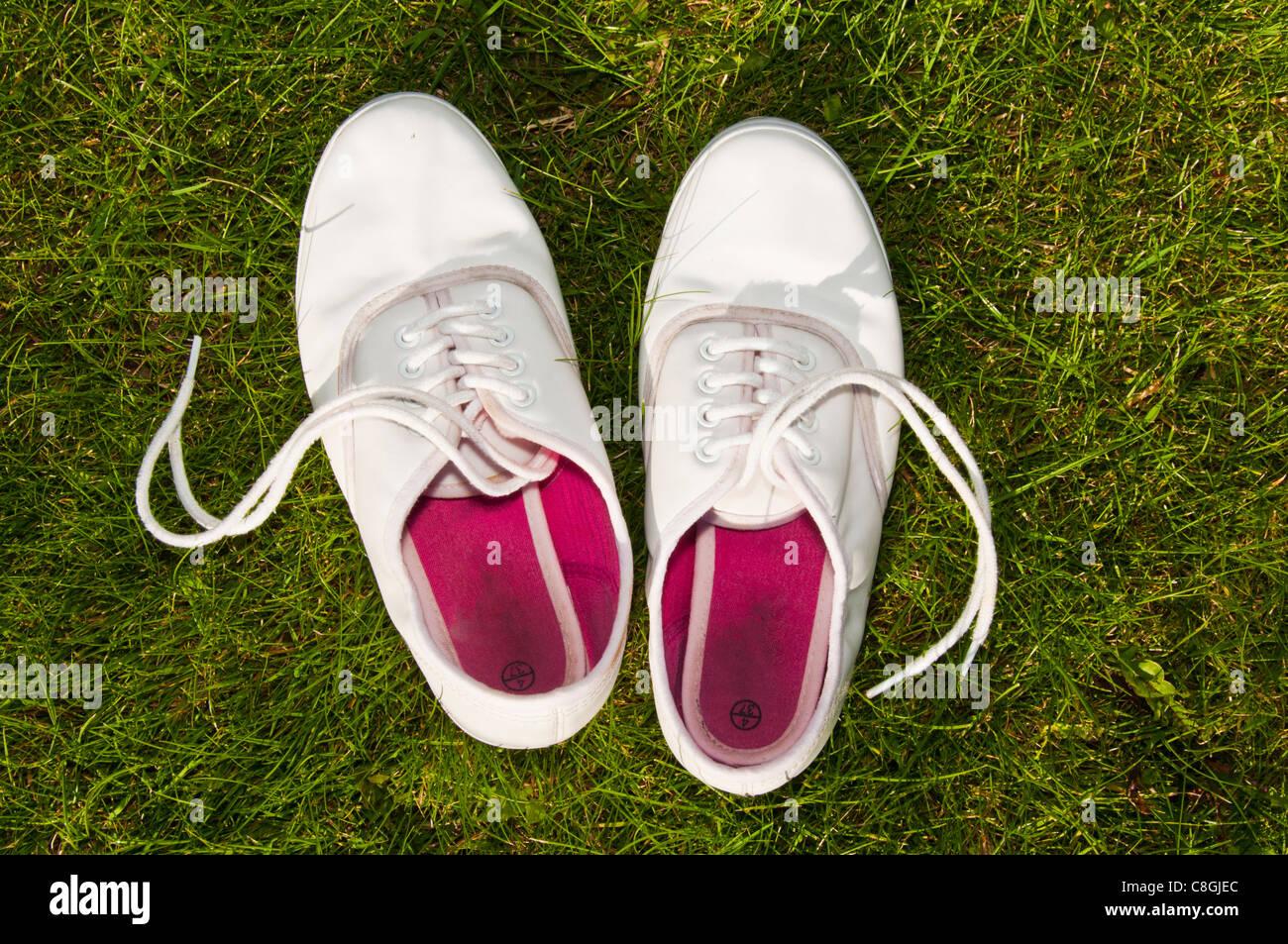 Blanco zapatos de verano sobre el césped Imagen De Stock