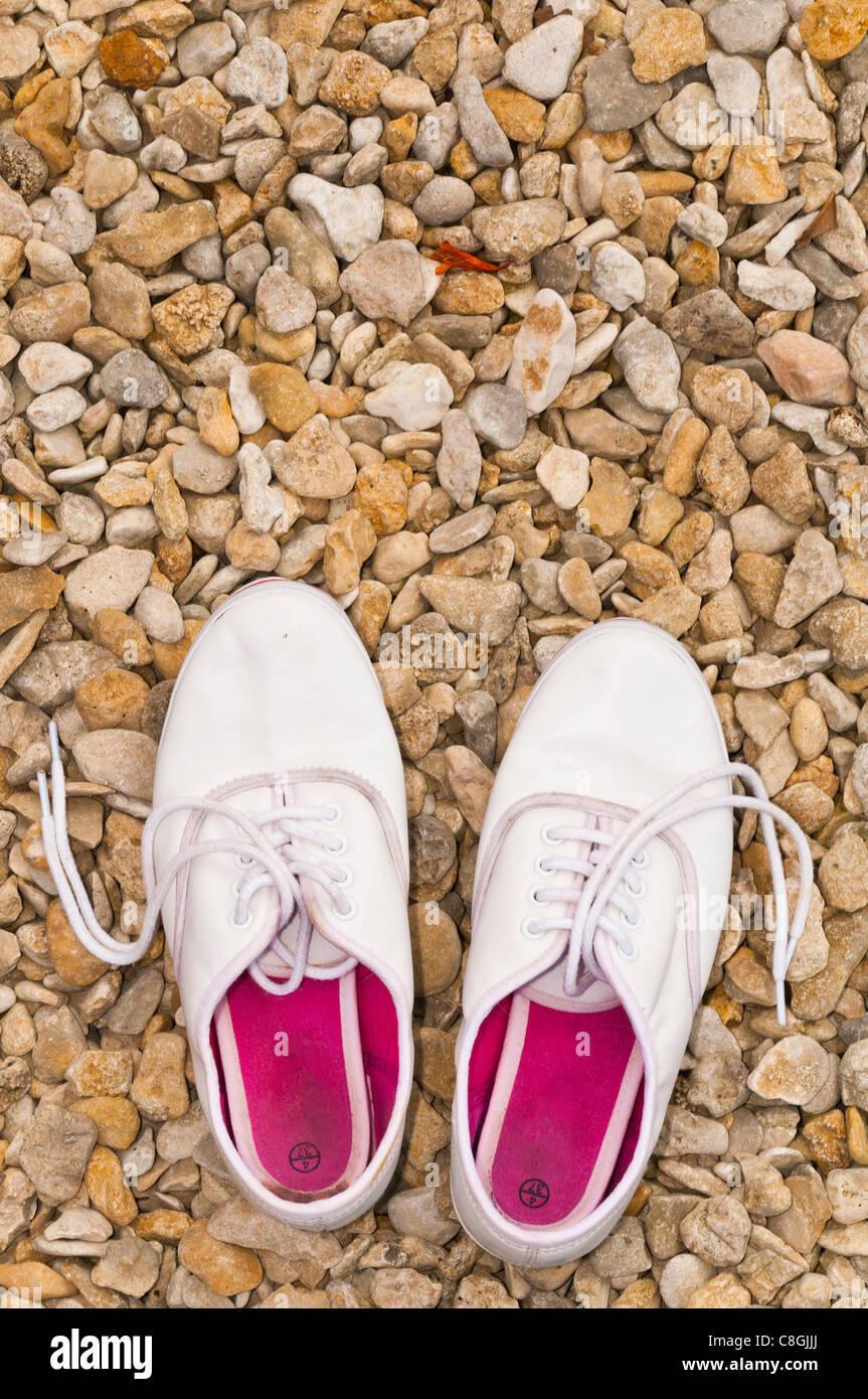 Zapatos en piedras blancas de verano Imagen De Stock