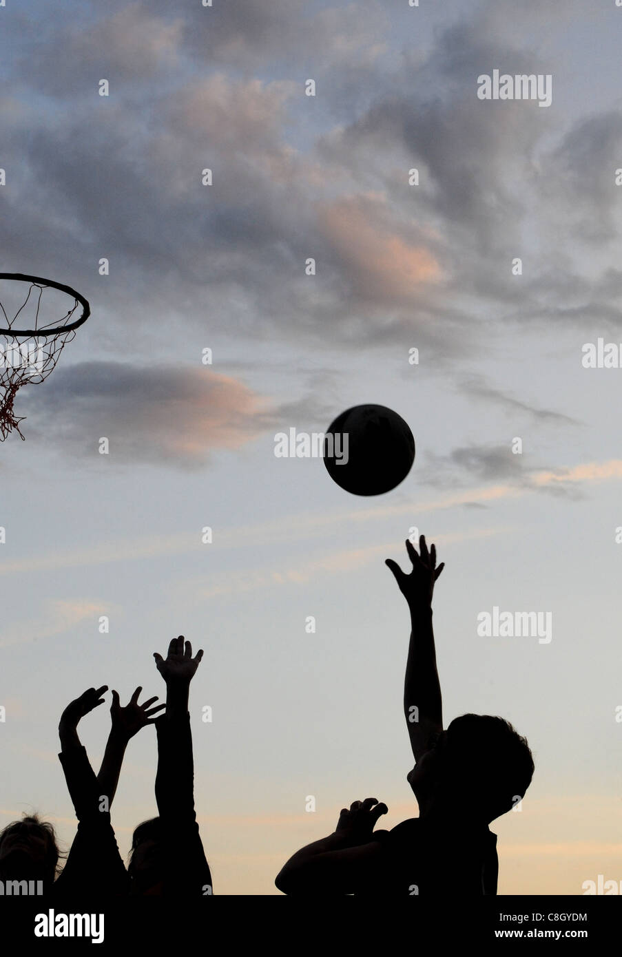 Un jugador de baloncesto femenino disparar a un objetivo. Imagen De Stock