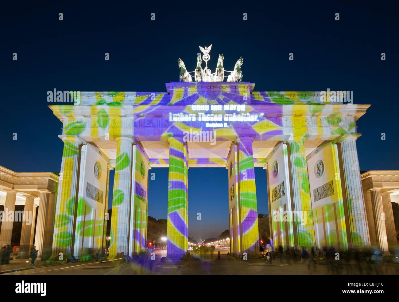 Puerta de Brandenburgo iluminada durante el Festival de las luces en Berlín Alemania 2011 Imagen De Stock