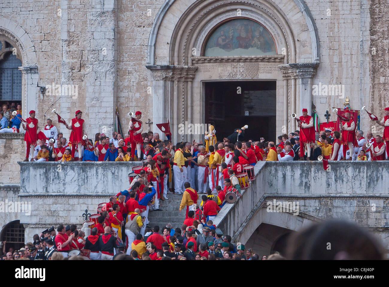 El equipo amarillo inicia el festival anual de la Corsa dei Ceri en honor a la patrona de la ciudad de Gubbio, Italia. Imagen De Stock