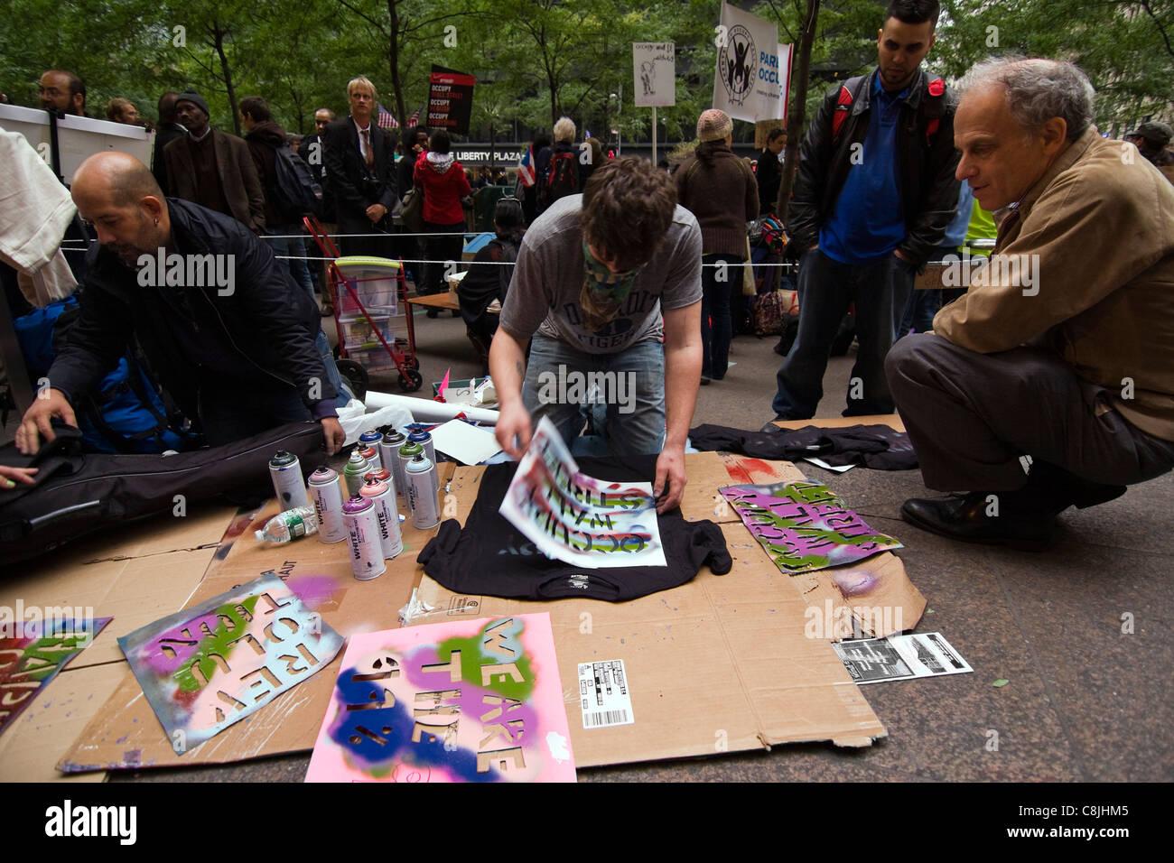 Ocupar Wall Street manifestante pistoleado de 'OCCUPY WALL STREET' en una camiseta negra dentro del parque Imagen De Stock