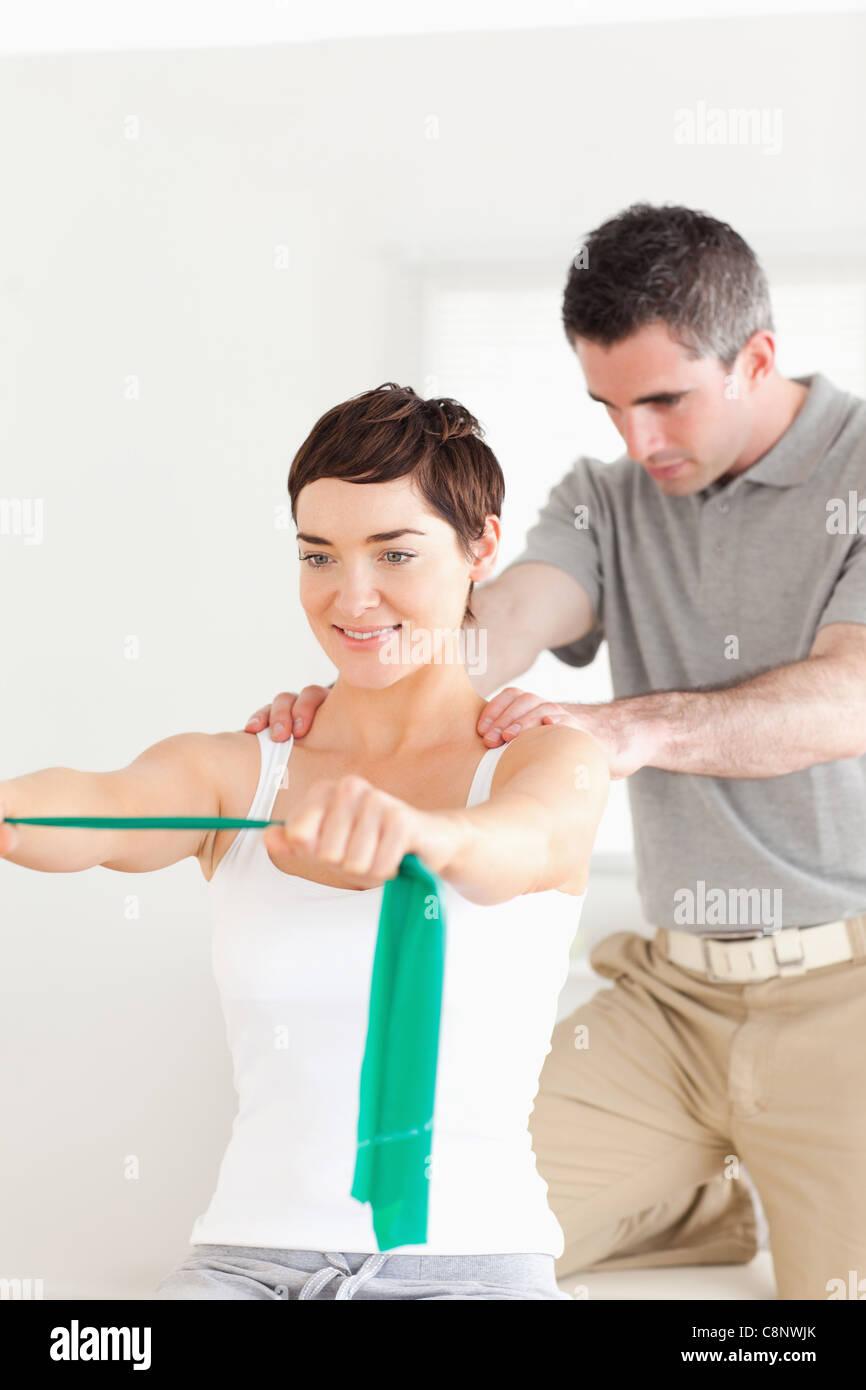 Paciente haciendo algunos ejercicios bajo supervisión. Imagen De Stock