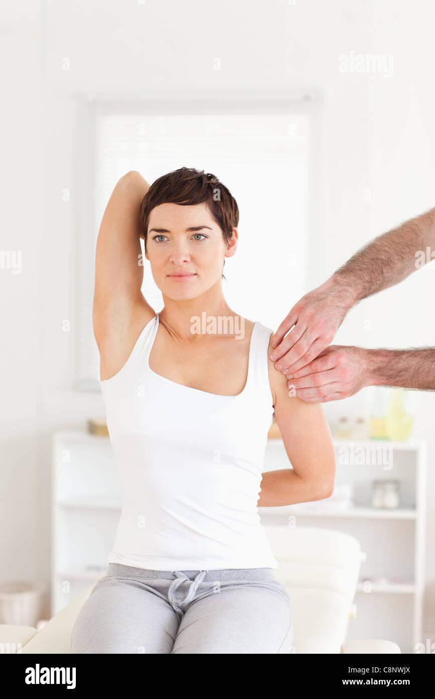 Paciente de sexo femenino de hacer algunos ejercicios bajo supervisión. Imagen De Stock