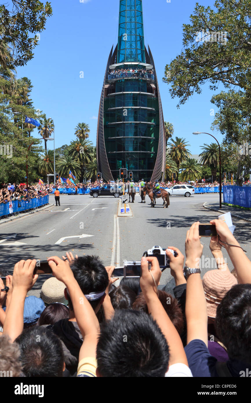 Multitudes de personas detrás de una barricada tomar fotografías de la Queen's Range Rover a medida Imagen De Stock
