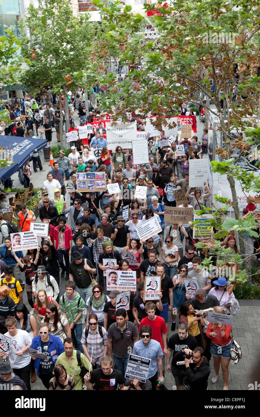 Ocupar Perth manifestantes marchar Murray Street Mall. La protesta se celebró coincidiendo con el comienzo Imagen De Stock