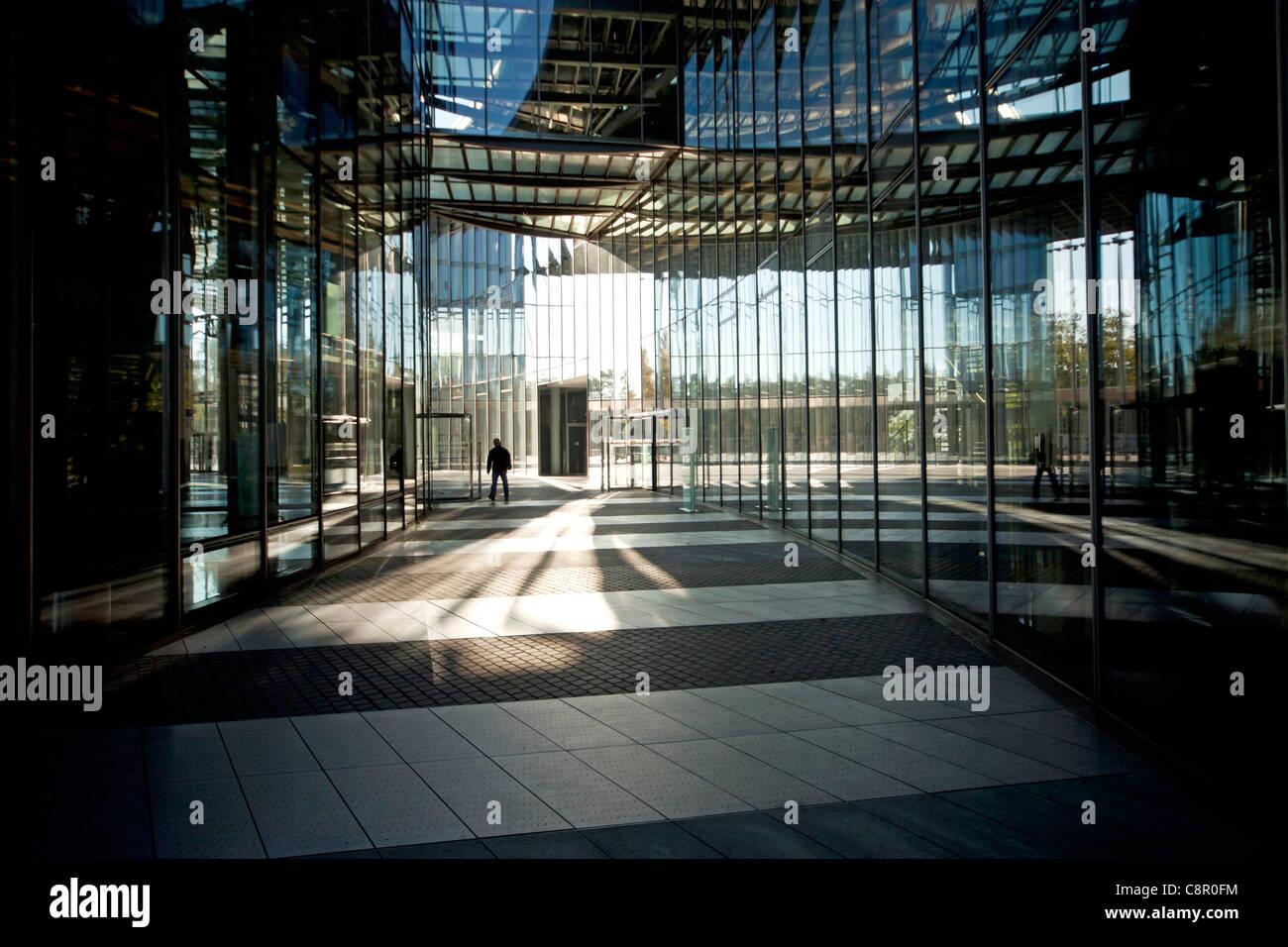 Entrada a la Torre de correos, la sede de la compañía logística Deutsche Post DHL en Bonn, Renania del Norte-Westfalia, Alemania Foto de stock