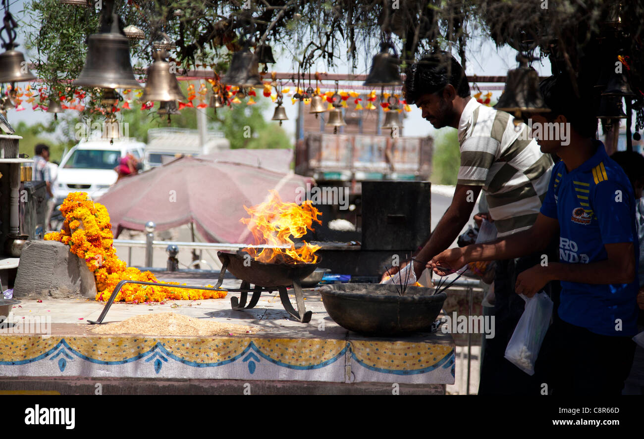 OM Chotila BANA - La deidad es una moto y tal es la fe que cientos de devotos subir cada día para orar. Imagen De Stock
