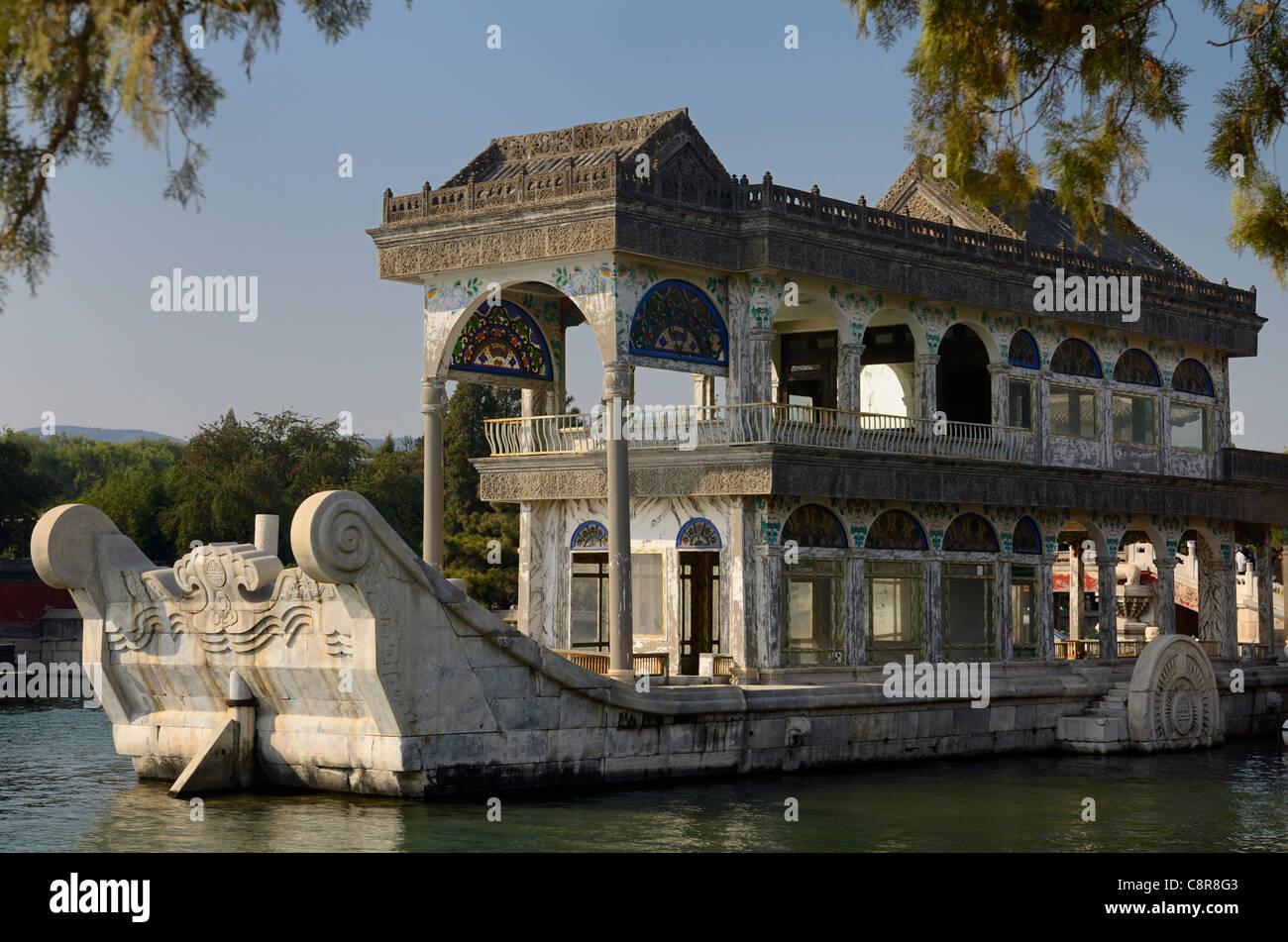 Clara y pacífica o barco de mármol en el lago Kunming en el palacio de verano de Pekín, China Imagen De Stock