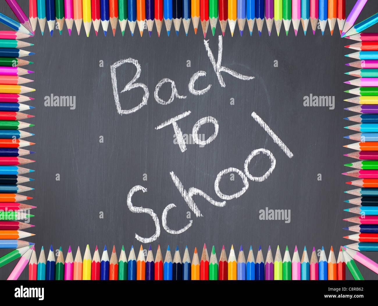 Back to school escrito en una pizarra enmarcadas con lápices de ...