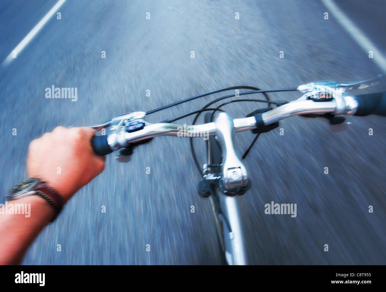 Ee.Uu., la ciudad de Nueva York, la Mano agarrando el manillar de la bicicleta Imagen De Stock