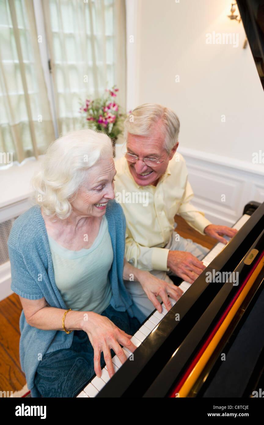 Ee.Uu., Estado de Nueva York, Old Westbury, Senior par tocando el piano Imagen De Stock