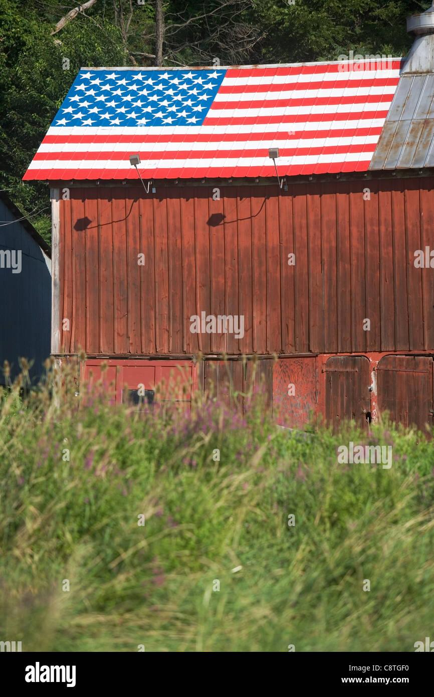 Ee.Uu., Estado de Nueva York, Chester, granero con Bandera Americana en el techo Imagen De Stock