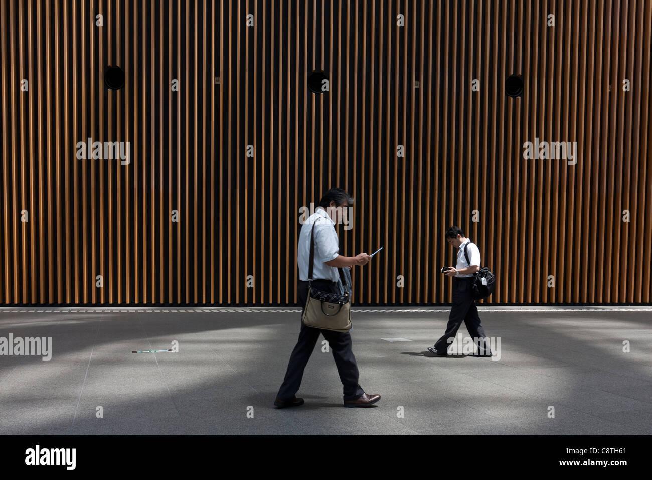 Los trabajadores de oficina masculino japonés o salarymen vistiendo camisetas de manga corta y sin corbata Imagen De Stock