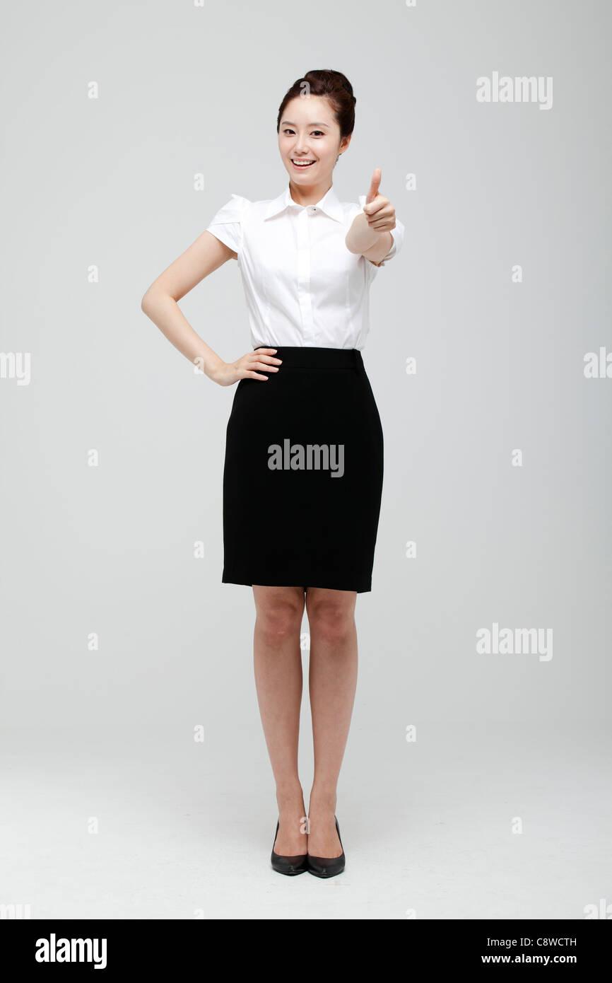 La empresaria asiática mostrando Pulgar arriba firmar Imagen De Stock