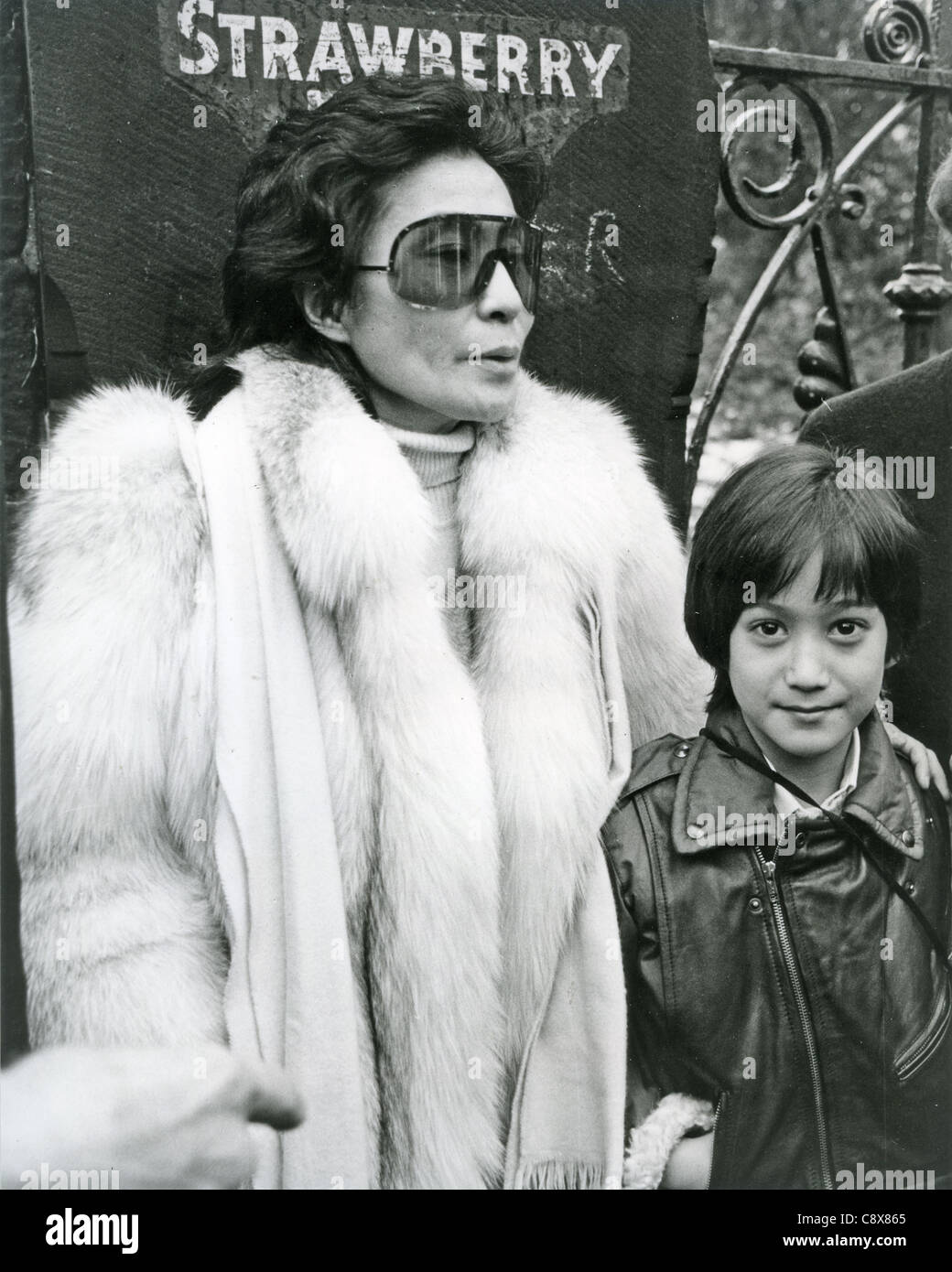 YOKO ONO y Sean Lennon en Strawberry Fields gates en enero de 1984 Imagen De Stock