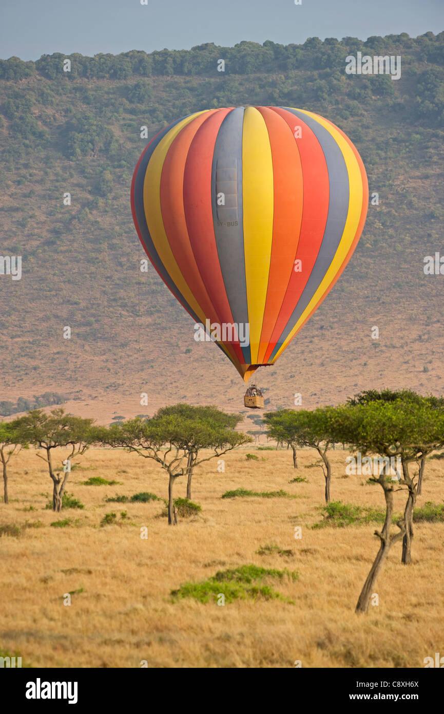 En globo de aire caliente llevando turistas sobre Kenya Masai Mara al amanecer Imagen De Stock