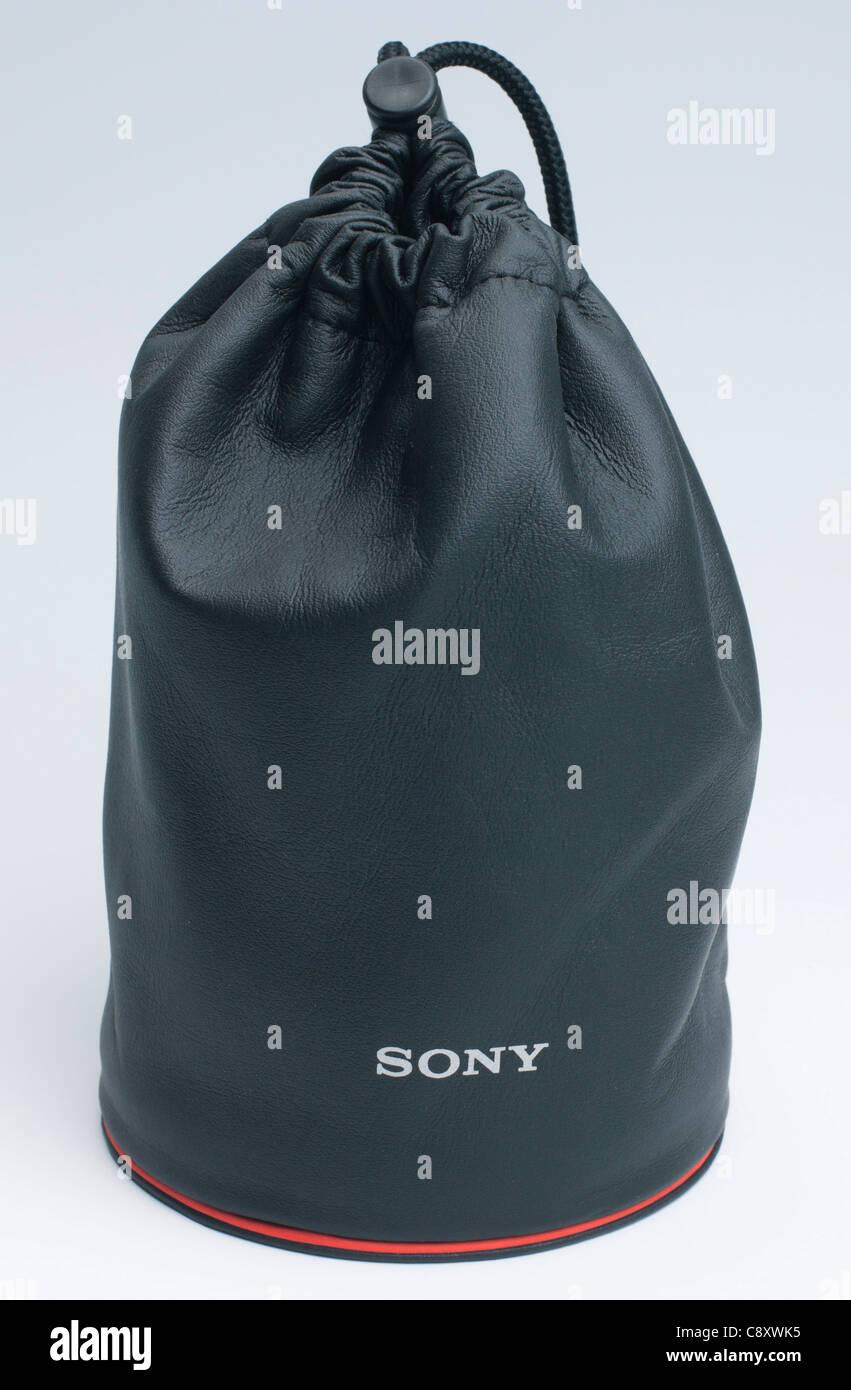 e2e76e643c Sony Carl Zeiss 24mm lente f/2 - Funda de cuero Imagen De Stock