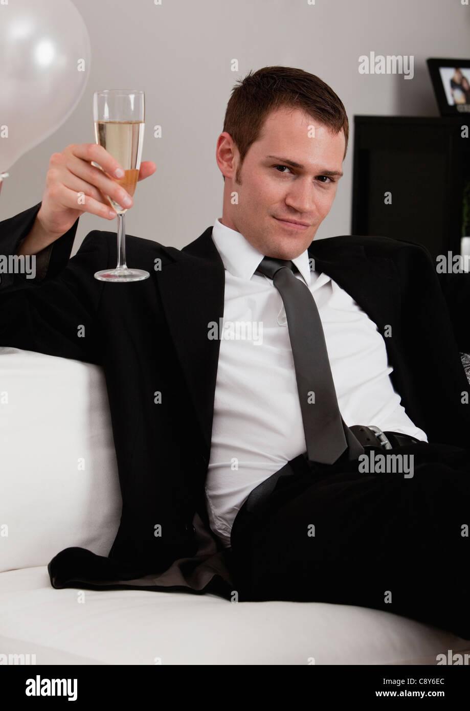 Brindemos en Navidad - Página 2 Joven-hombre-elegante-brindando-con-champagne-c8y6ec
