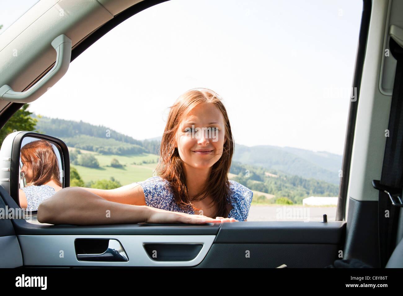 Retrato de mujer joven mirando a través de la ventana de coche Imagen De Stock