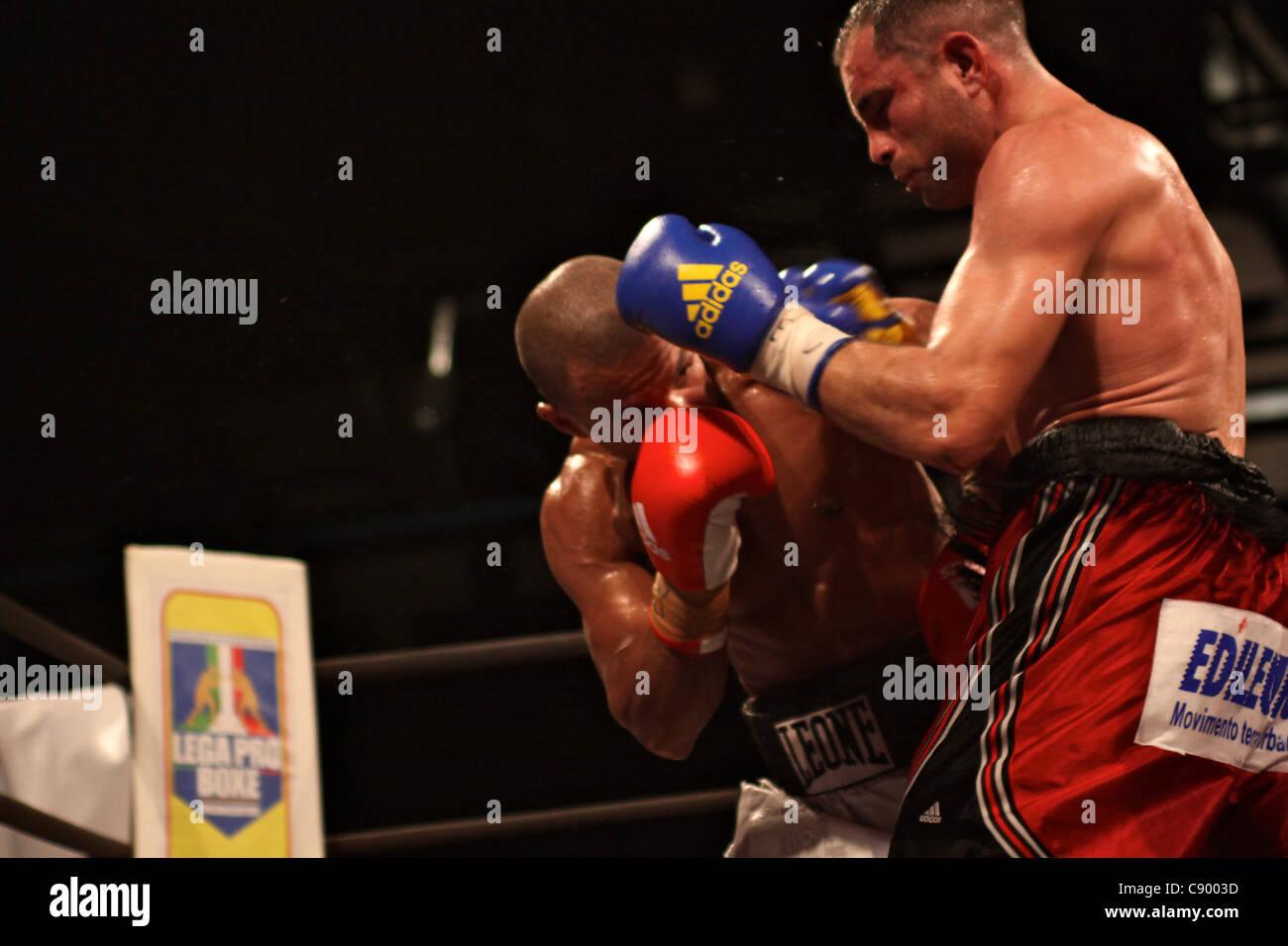 Florencia (Italia), 04/nov/2011: Bundu VS Petrucci, Peso Welter Boxeo título europeo @ Mandela Forum - Petrucci Imagen De Stock