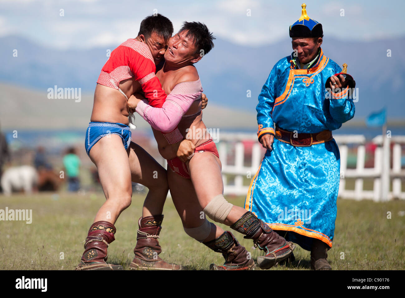 La lucha mongol en el Festival de Naadam en Mongolia Khövsgöl Tsagaannuur, Imagen De Stock