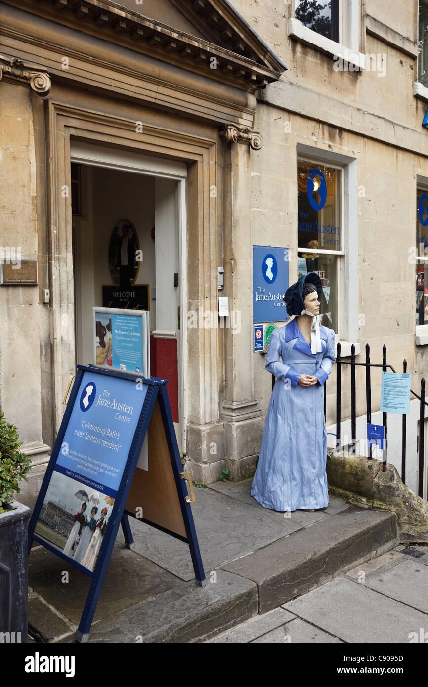 Bath, Somerset, Inglaterra, Reino Unido (Gran Bretaña). El Centro de Jane Austen con realismo de la figura Imagen De Stock