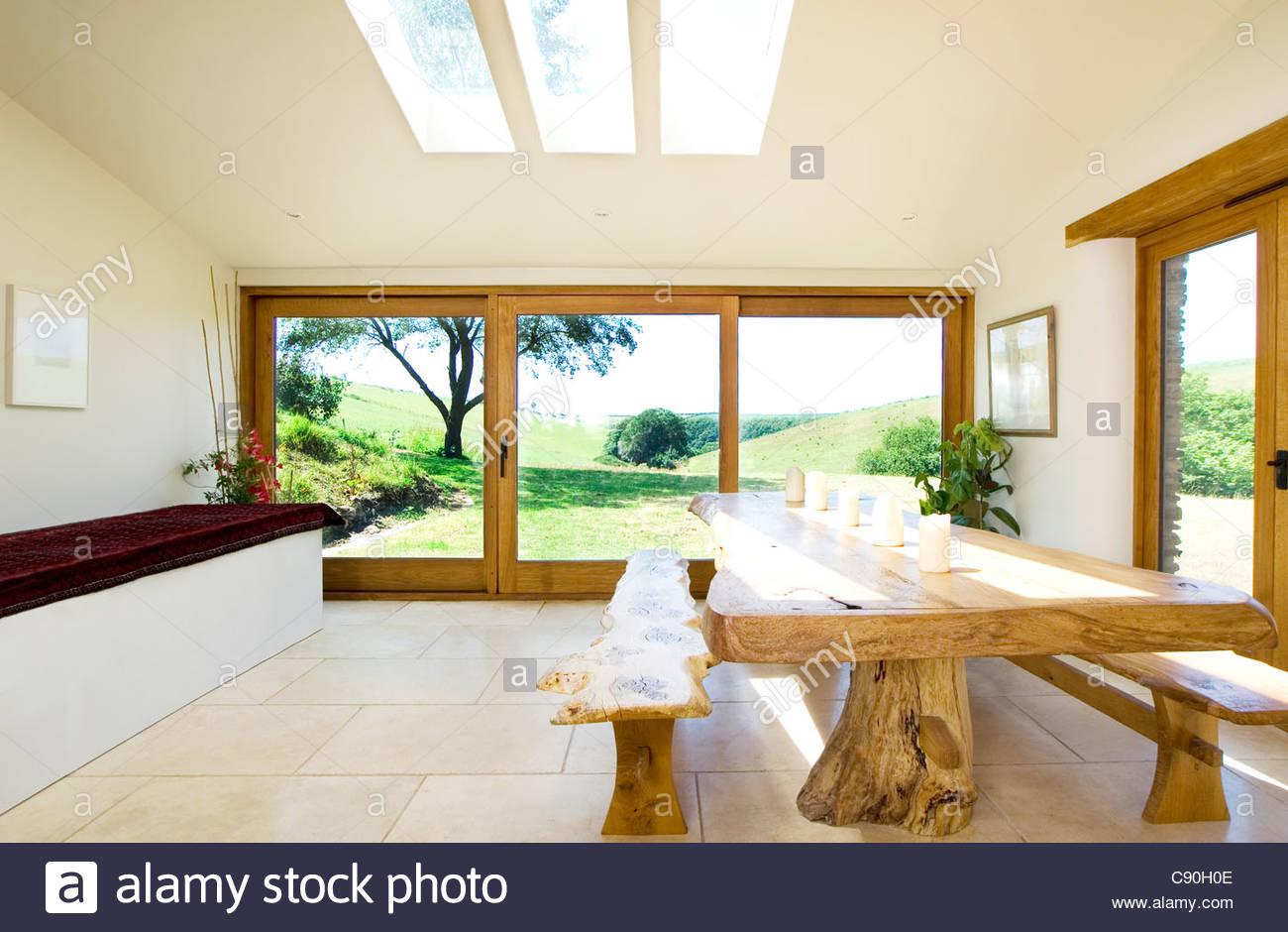 Bancos de madera natural y mesa de comedor moderno Foto & Imagen De ...