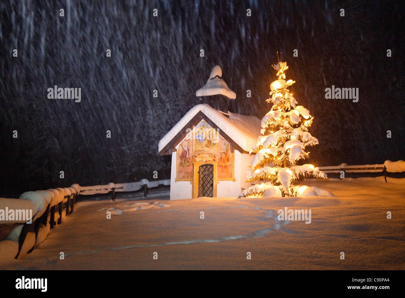 Capilla con árbol de navidad en la nieve, Elmau, Alta Baviera, Alemania, Europa Foto de stock