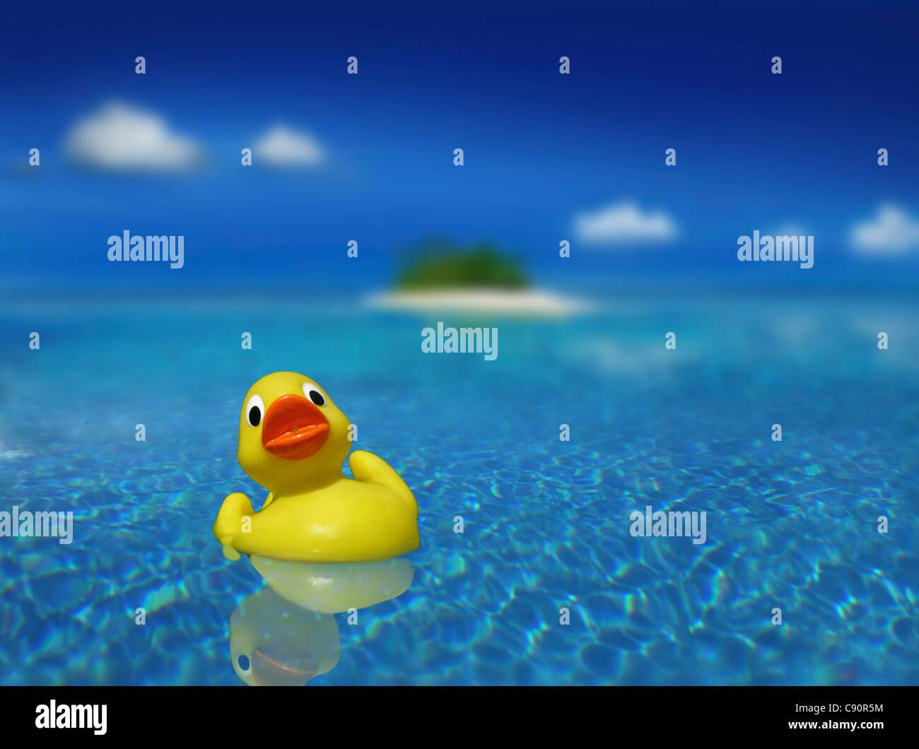 Pato de goma en el agua, Islas Palawan, Filipinas, Asia Imagen De Stock