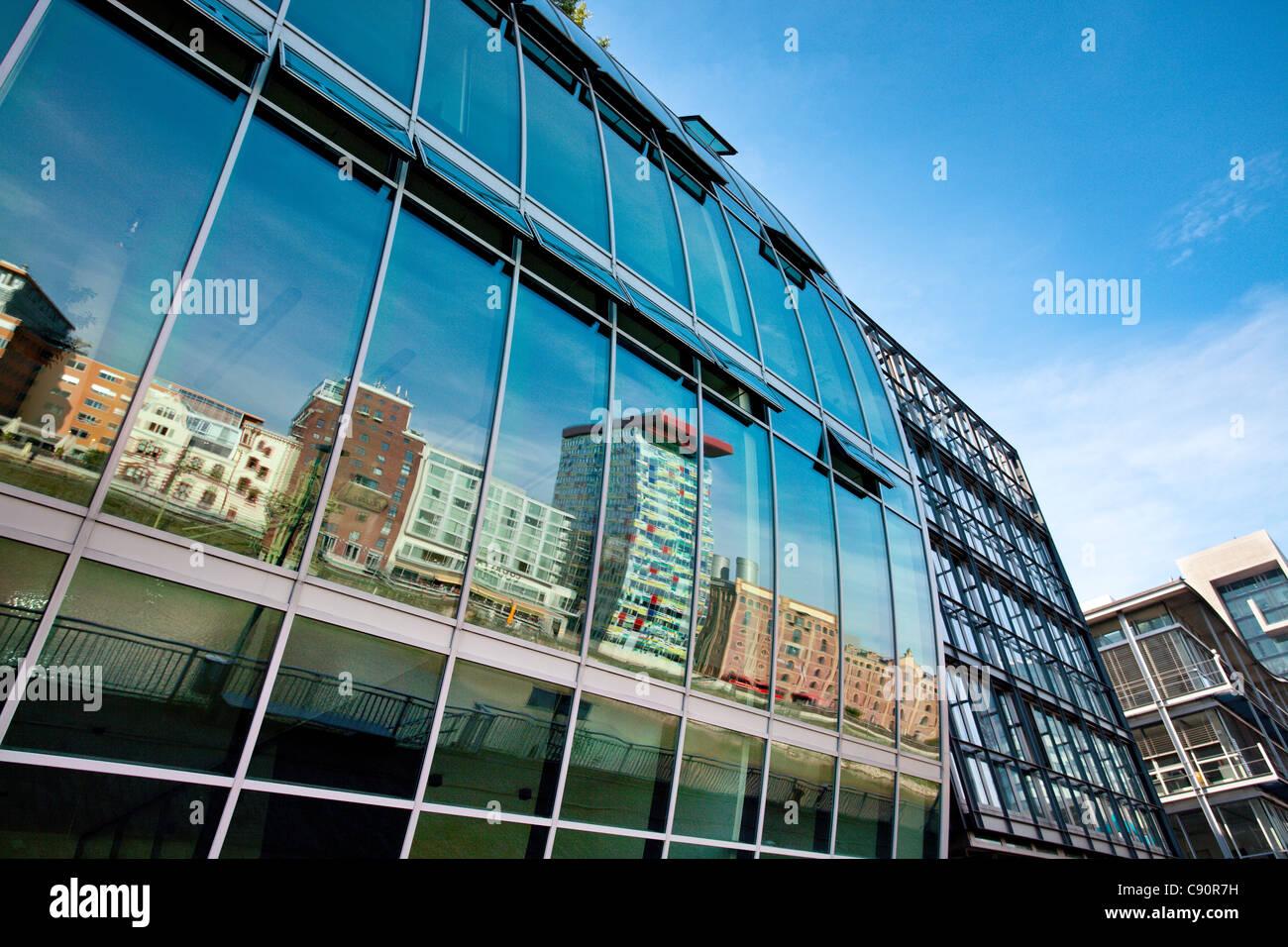 Reflexión sobre la fachada de cristal, Media Harbour, Dusseldorf, Dusseldorf, Renania del Norte-Westfalia, Imagen De Stock