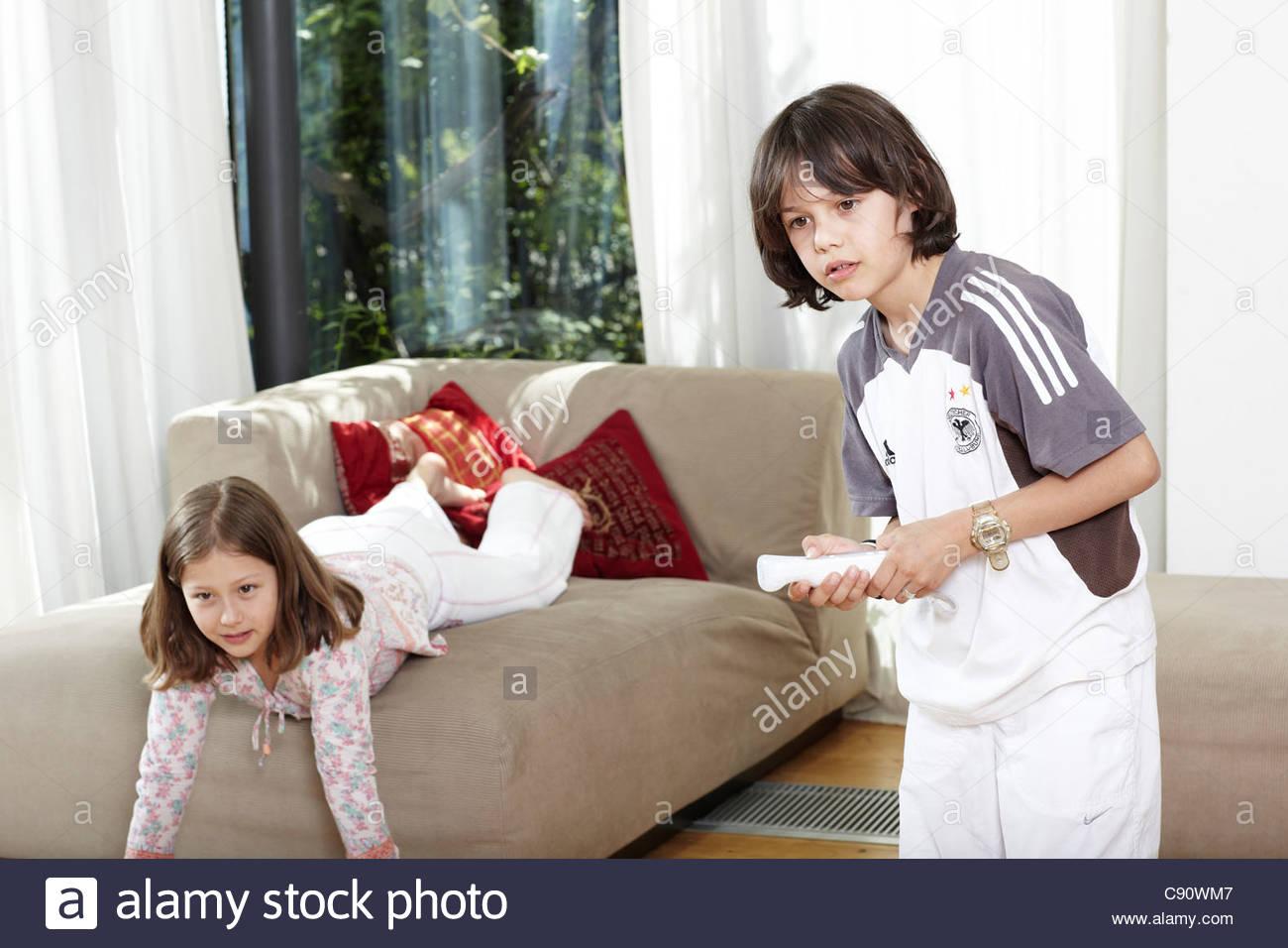 Dos niños (9-10 años) jugando juegos de video, Graefelfing, Baviera, Alemania Imagen De Stock