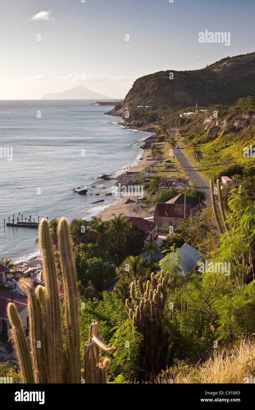Los Países Bajos, Oranjestad, Sint Eustatius, isla del Caribe Holandés. Oranjestad Bay y la parte inferior de la ciudad de Fort. Isla Saba. Foto de stock