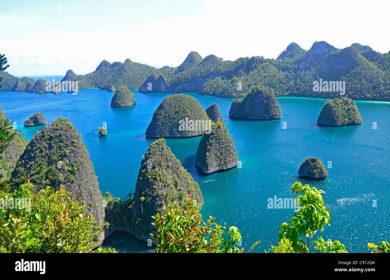 En vista de las Islas Raja Ampat Wayag, islas cerca de Papúa Occidental, Indonesia, en el triángulo de Imagen De Stock