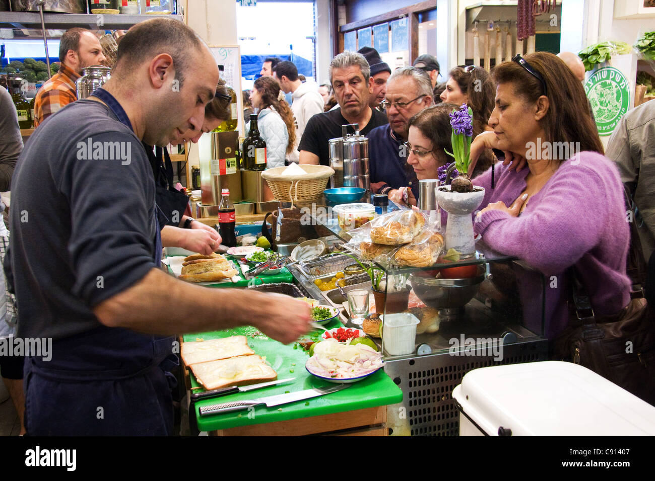 Deli en Puerto Viejo Mercado de Granjeros en Tel Aviv, Israel Imagen De Stock
