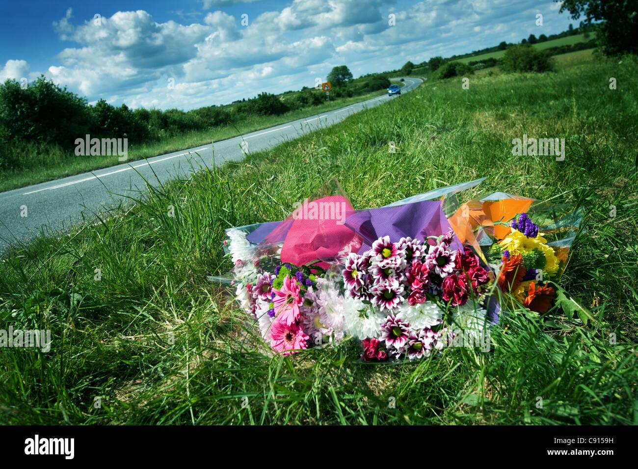Flores para víctimas de accidentes de carretera en Oxfordshire, Inglaterra Imagen De Stock