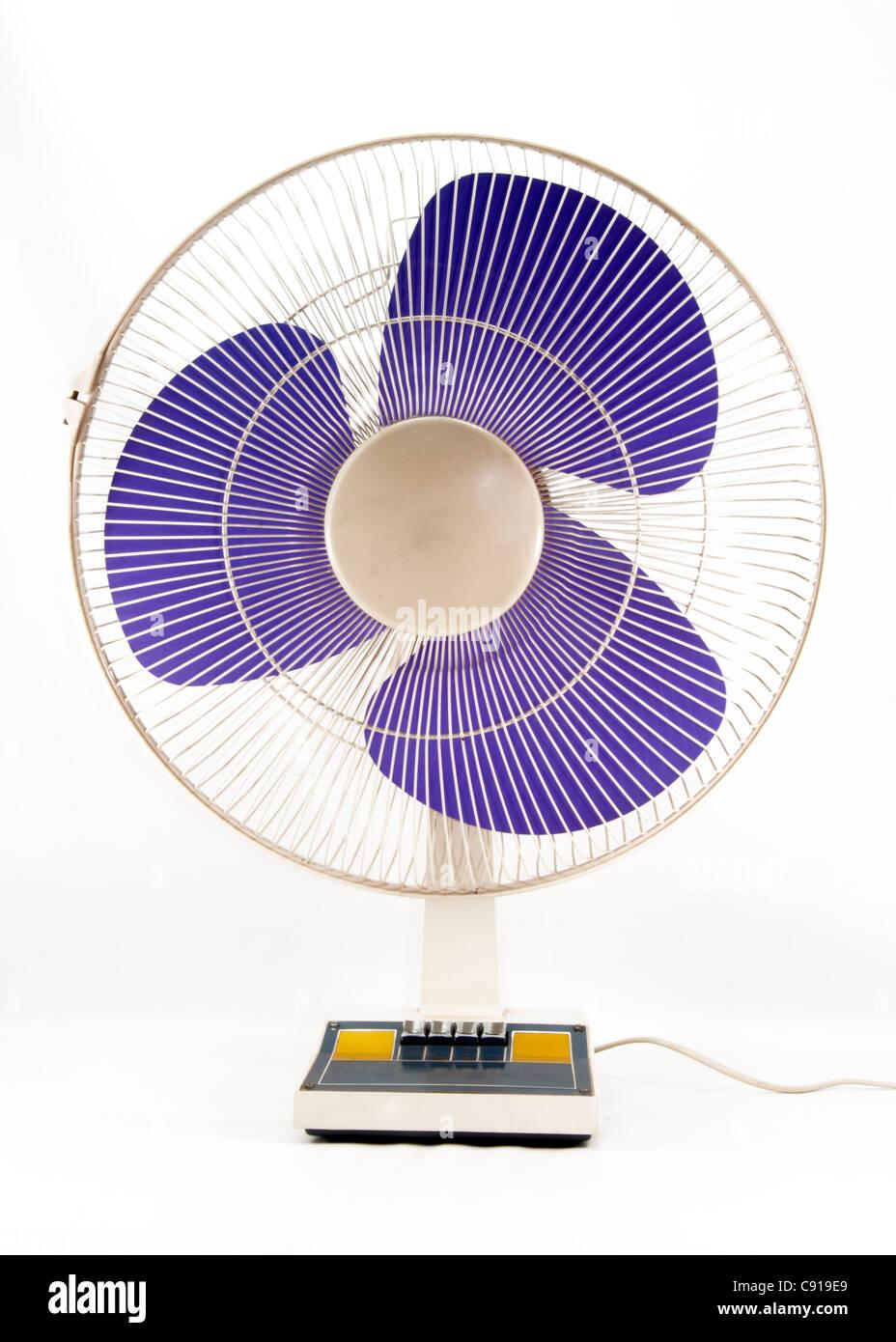 Ventilador eléctrico sobre fondo blanco. Imagen De Stock