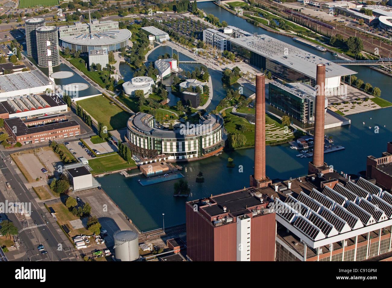 Vista aérea de Volkswagen Autostadt, naves y parque, Wolfsburgo, Baja Sajonia, Alemania Imagen De Stock