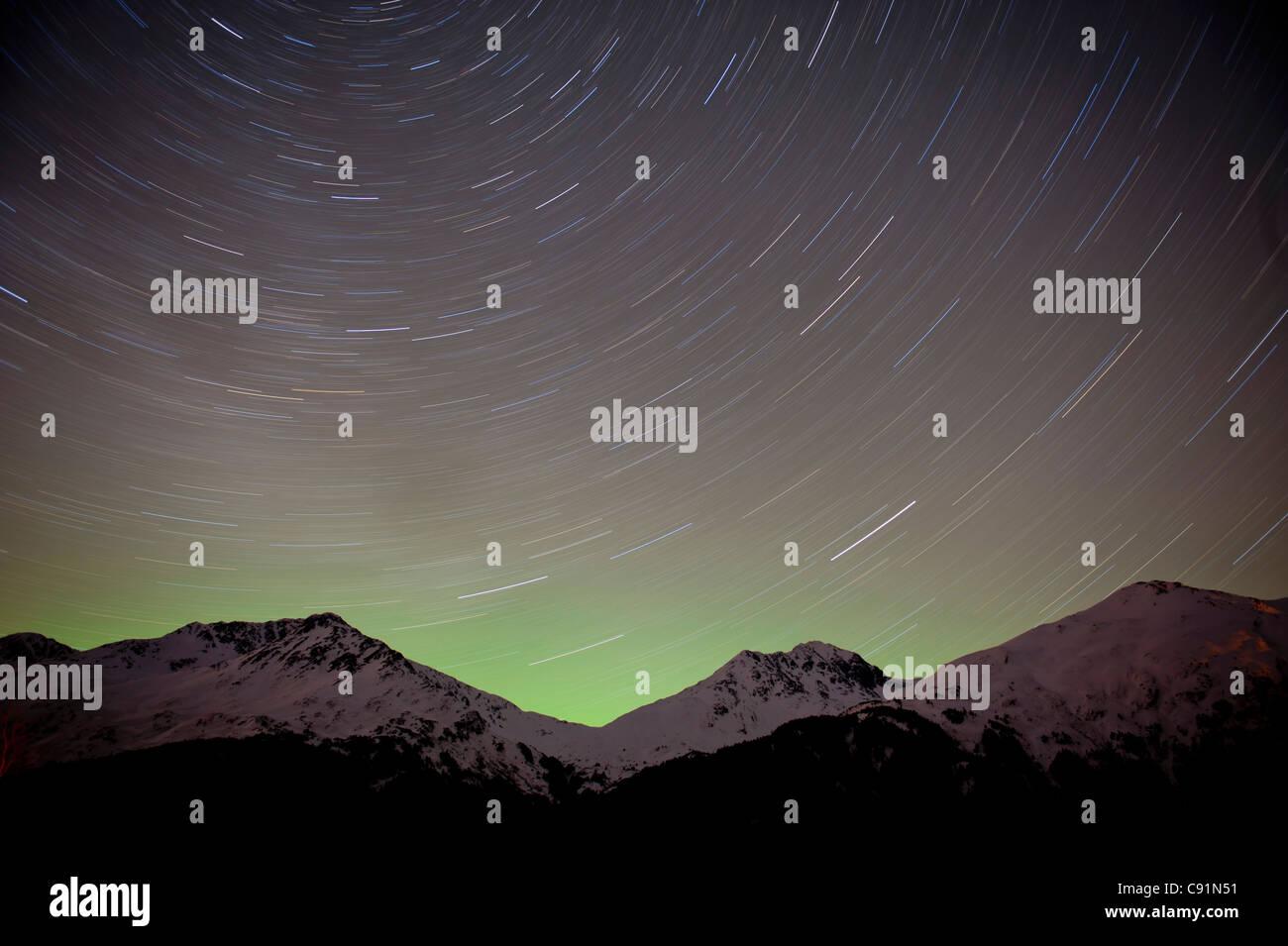 El periodo de tiempo vista del cielo nocturno y Estelas de estrellas a lo largo de las montañas Chugach, Valle de Foto de stock