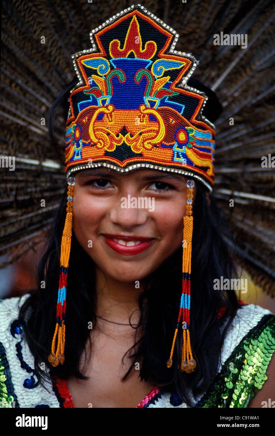 Niña mexicana en traje Azteca durante las festividades del Cinco de Mayo en el centro de Los Angeles, California Imagen De Stock