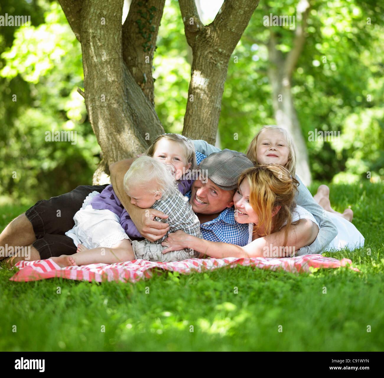Familia picnic junto Foto de stock