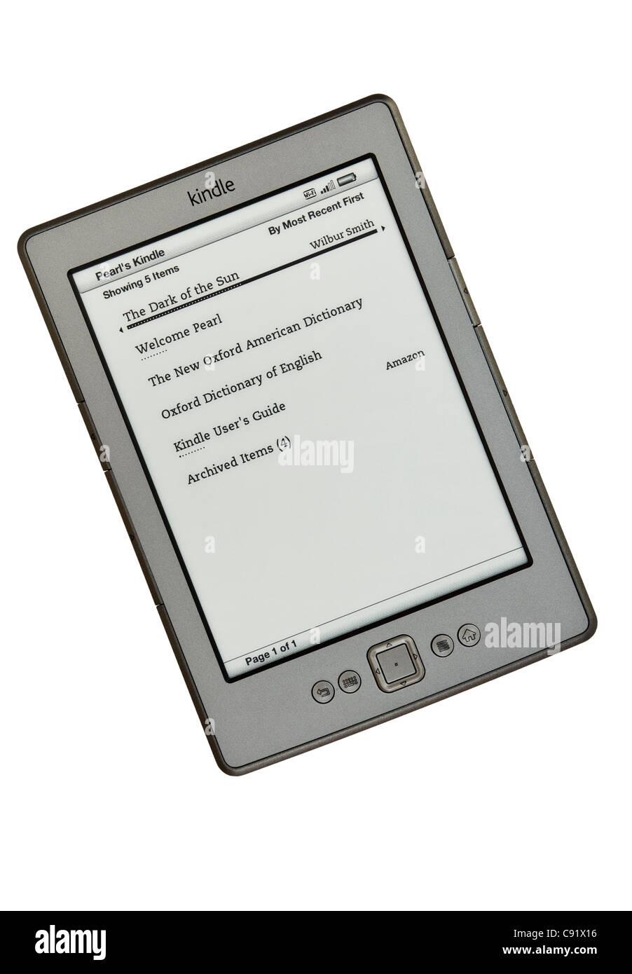 Nuevo wifi Amazon Kindle ebook reader página lista de libros sobre un fondo blanco. Inglaterra, Reino Unido, Imagen De Stock