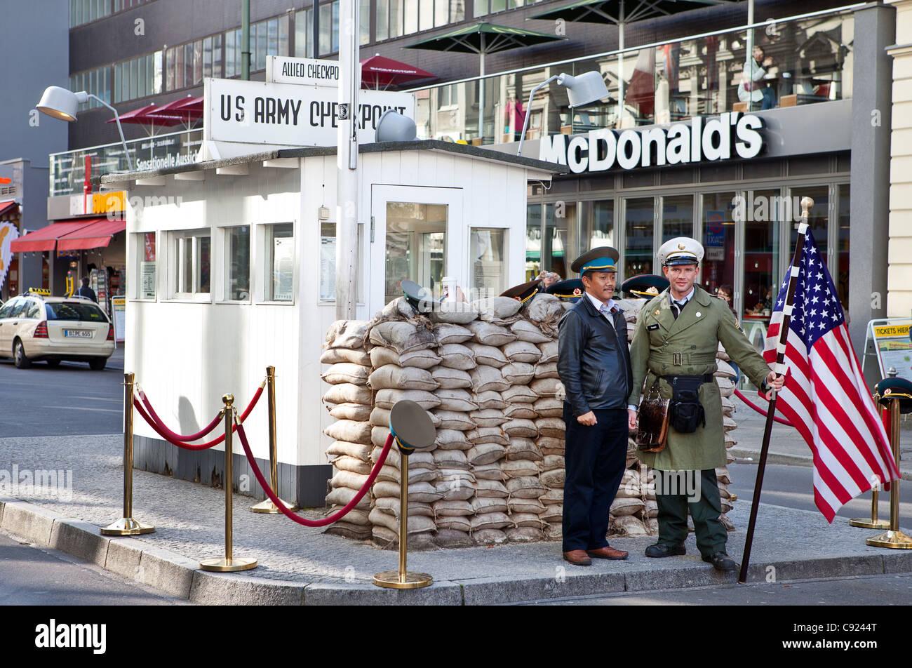 Checkpoint Charlie y Mcdonalds en Berlín, Alemania Imagen De Stock