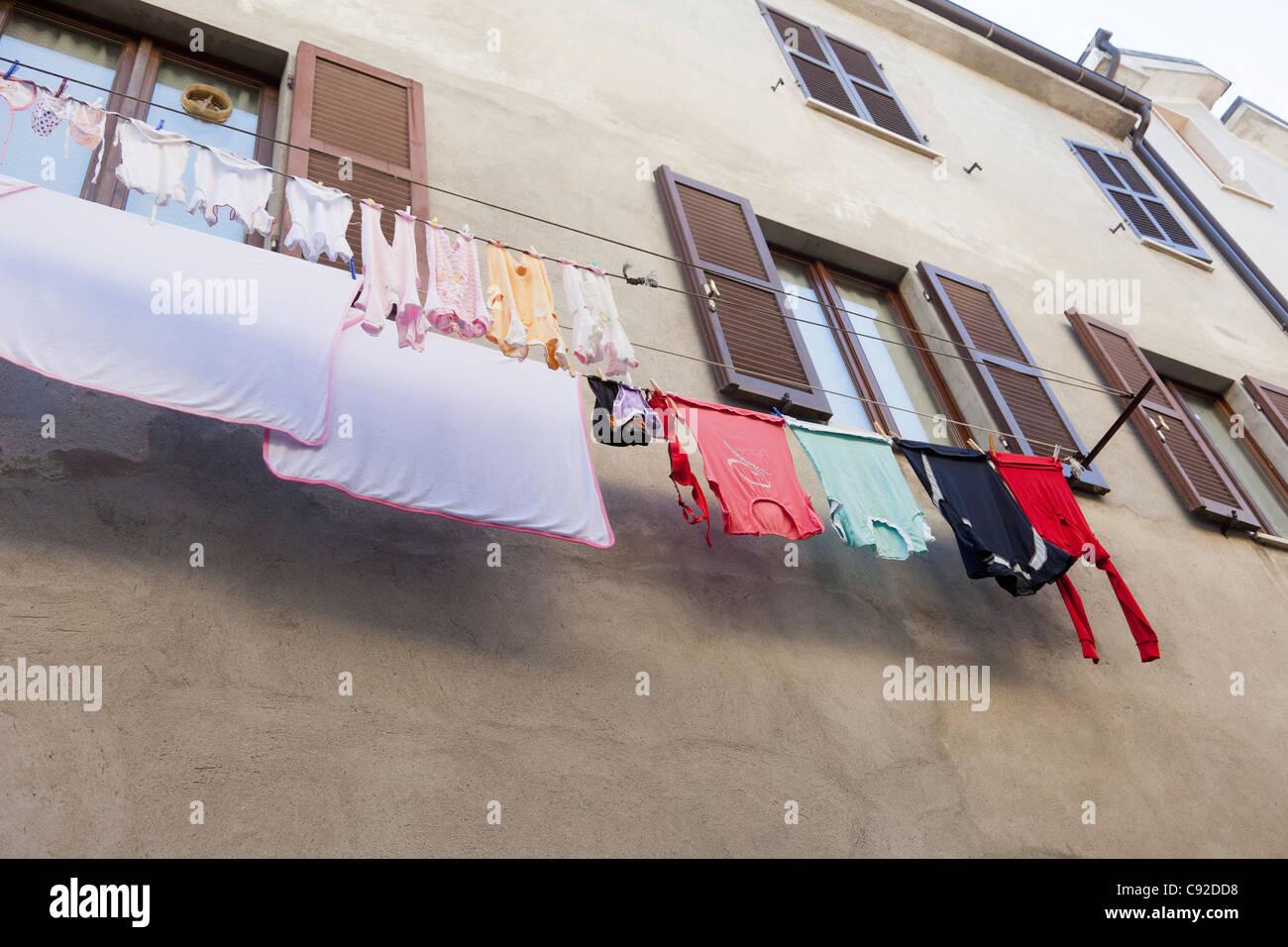 Ropa colgando en la línea de windows Imagen De Stock
