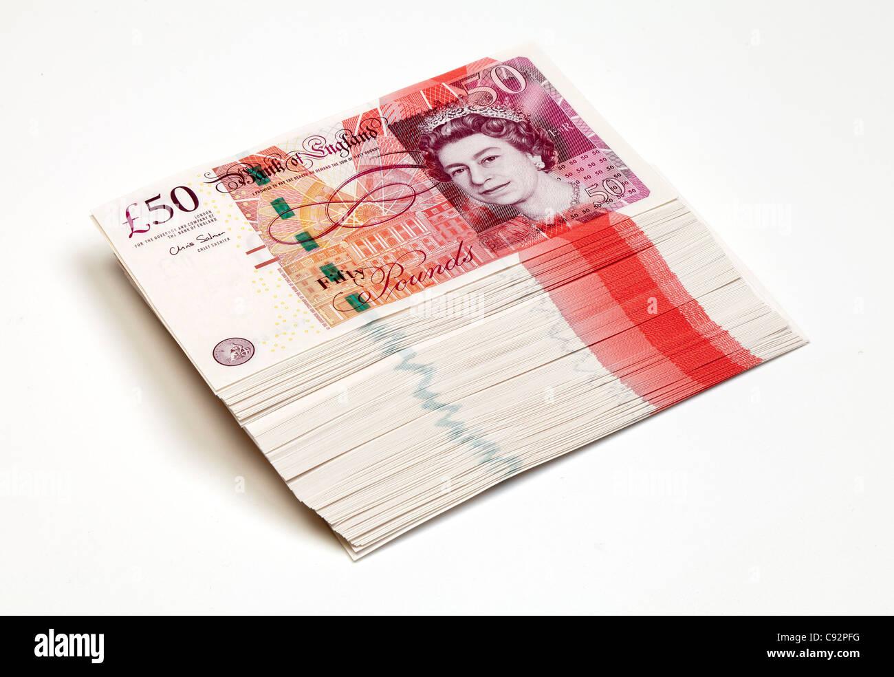50 libra británica notas bancarias en moneda £50 en efectivo ricos ricos montón Imagen De Stock