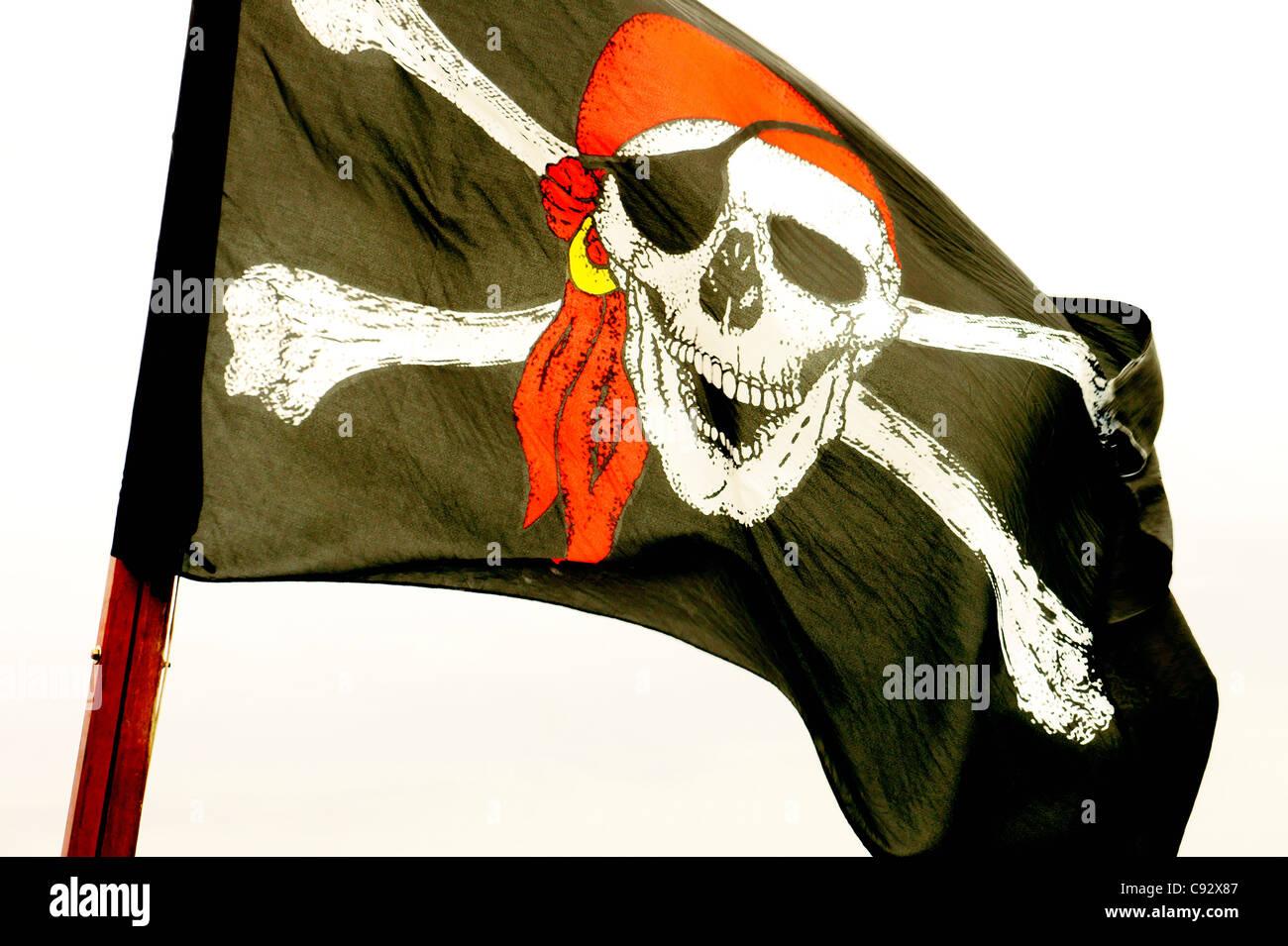 El Jolly Roger cráneo y dos huesos cruzados bandera pirata Imagen De Stock