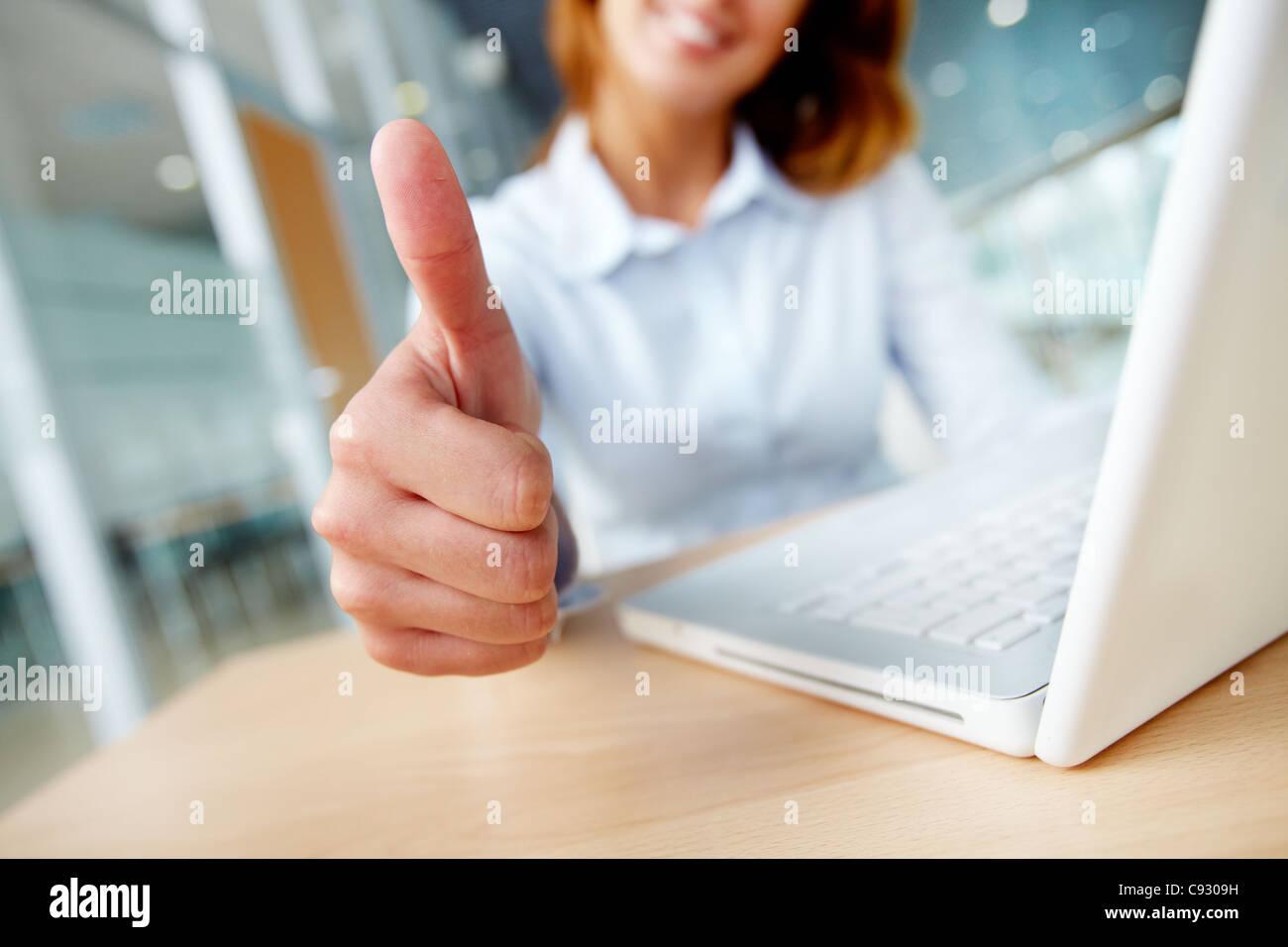 Imagen de la empresaria mostrando el pulgar hacia arriba en el lugar de trabajo Imagen De Stock